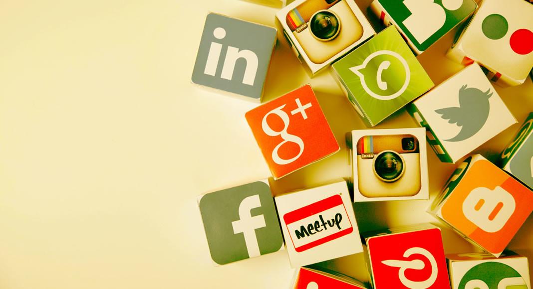 Veja algumas dicas de como ganhar dinheiro nas redes sociais. Se você é uma apaixonada por mídias sociais, saiba que é possível conseguir uma boa renda através delas, desde que você encare a coisa de forma profissional. Confira nossas dicas de como ganhar uma boa grana nas redes sociais.