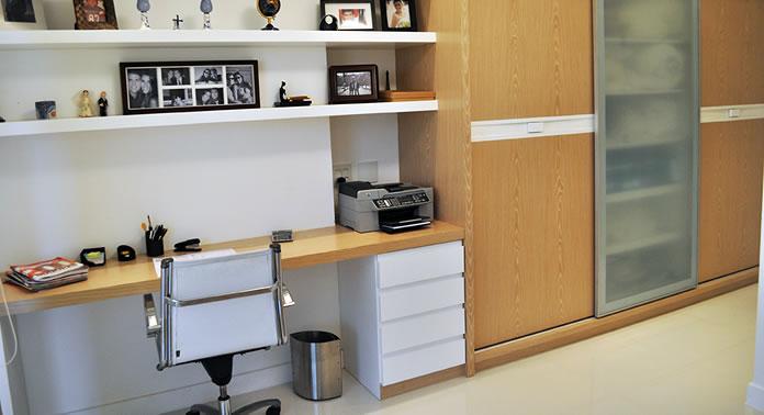 Como montar um escritório em casa usando uma parte de um cômodo como o seu quarto de dormir.