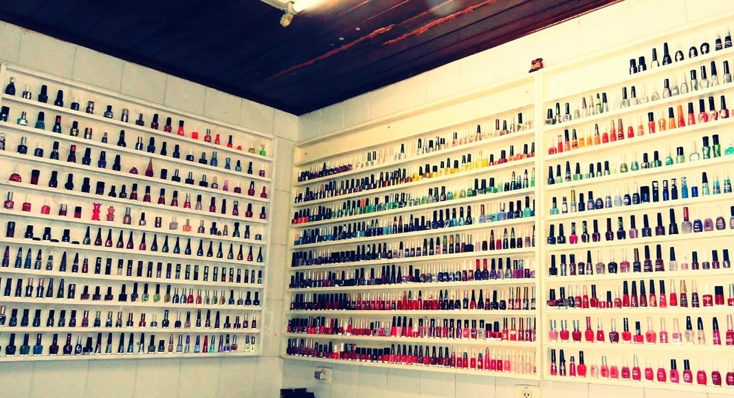 Uma das dicas de como abrir um Nail Bar é investir também em uma grande coleção de cores e marcas de esmaltes.