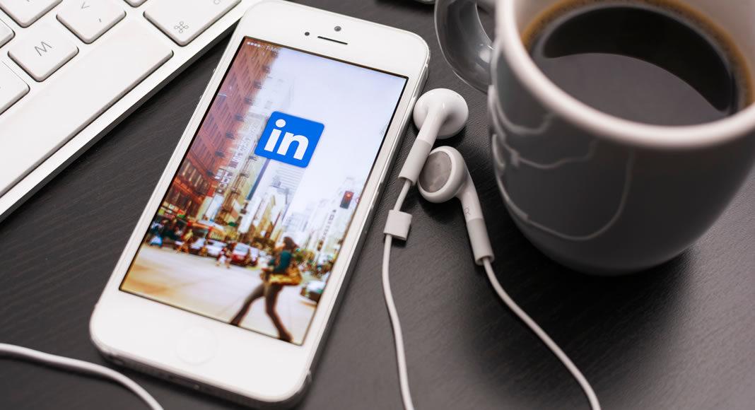 Veja neste artigo como procurar emprego no LinkedIn, a rede social especializada em relacionamentos profissionais, que usada de forma adequada, pode ajudar muito na hora de conseguir para você uma nova colocação no mercado de trabalho.