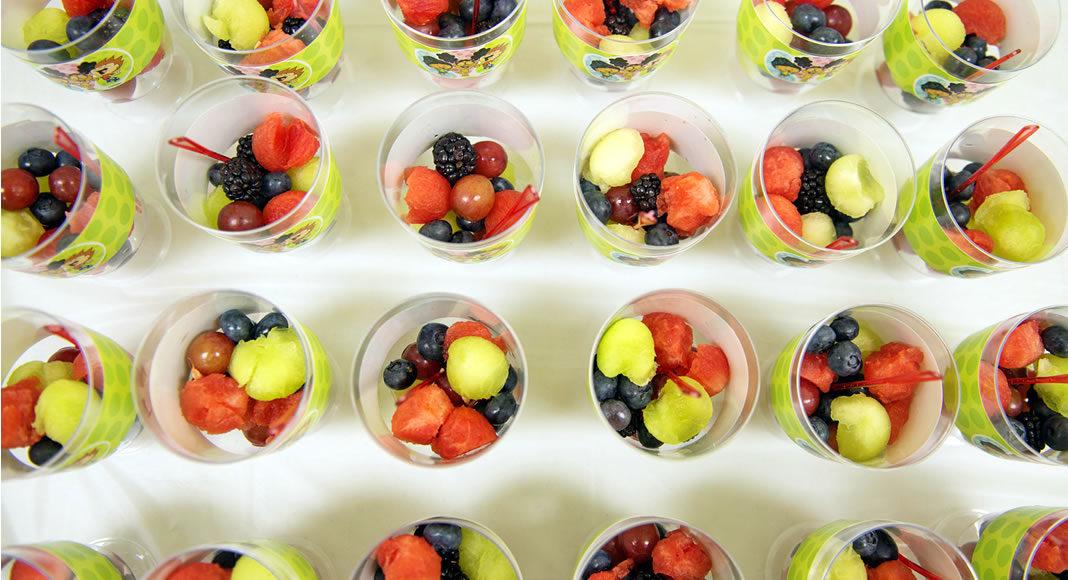 Veja neste artigo como ganhar dinheiro vendendo salada de frutas, uma opção de negócio que não exige um grande investimento inicial e oferece um grande potencial para quem deseja montar seu próprio negócio.